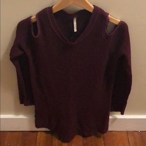 WILLOW AND CLAY maroon cold shoulder sweater
